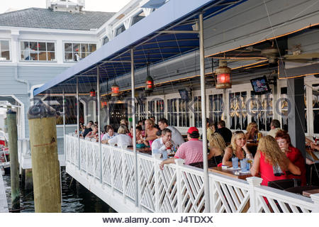 People eating in the waterway restaurant little venice for Fish restaurant fort lauderdale