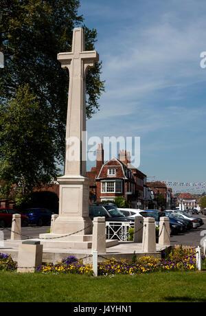The war memorial and High Street, Marlow, Buckinghamshire, England, UK - Stock Photo