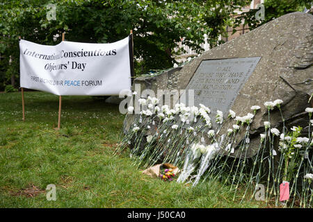 London, UK. 15th May, 2017. Flowers laid by peace campaigners during a ceremony in honour of conscientious objectors - Stock Photo