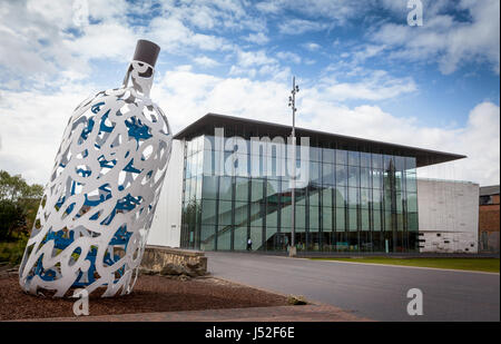 Middlesbrough Institute of Modern Art with the Bottle of Notes sculpture - Stock Photo