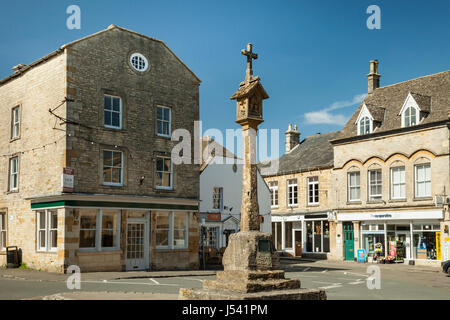 Spring afternoon in the Cotswolds market town of Stow-on-the-Wold, Gloucestershire, England. - Stock Photo