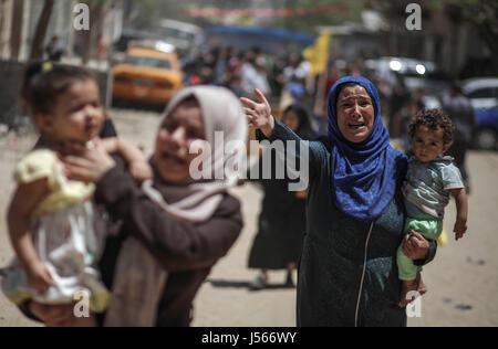 Gaza. 16th May, 2017. Relatives of Palestinian fisherman Mohammed Bakr mourn during his funeral in Gaza City, on - Stock Photo