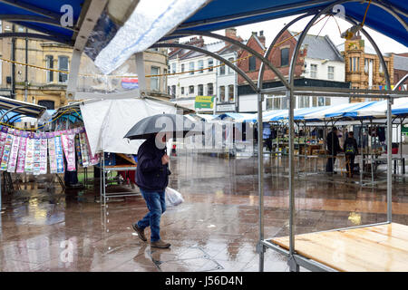 Mansfield, Nottinghamshire, UK: 17th May 2017. Torrential rain sweeps across the market town of Mansfield.Forecasters - Stock Photo