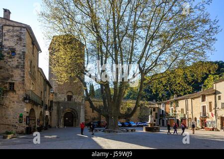 France, Herault, Saint Guilhem le Desert, labelled Les Plus Beaux Villages de France, Liberte square and an old - Stock Photo