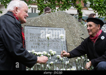 London, UK. 15th May, 2017. Bruce Kent and Sir Mark Rylance place white flowers in front of the Conscientious Objectors' - Stock Photo
