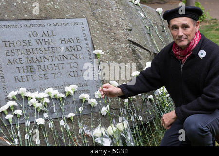 London, UK. 15th May, 2017. Sir Mark Rylance places a white flower in front of the Conscientious Objectors' stone - Stock Photo