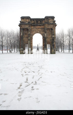 McLennan Arch in the snow, found at the north-west entrance to Glasgow Green. - Stock Photo