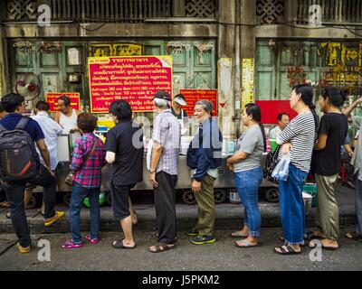 May 18, 2017 - Bangkok, Bangkok, Thailand - Customers stand in line fresh curries at Jek Pui curry stand, one of - Stock Photo