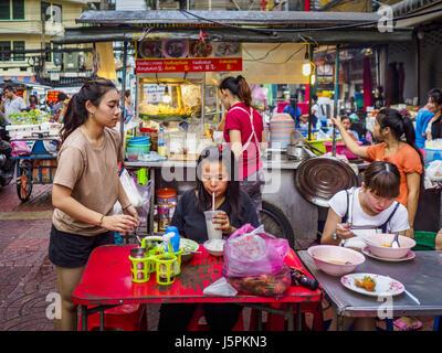 May 18, 2017 - Bangkok, Bangkok, Thailand - People eating at a street food stall in Bangkok's Chinatown. City officials - Stock Photo