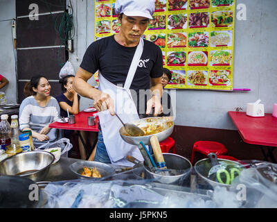 May 18, 2017 - Bangkok, Bangkok, Thailand - A chef at a street food stall on Yaowarat Road grills prawns. City officials - Stock Photo