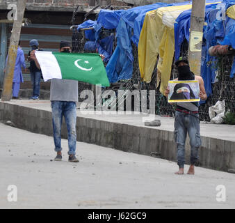 Srinagar, Kashmir. 19th May, 2017. Flag carrier protesters during clashes at Nowhatta area of srinagar Indian controlled - Stock Photo