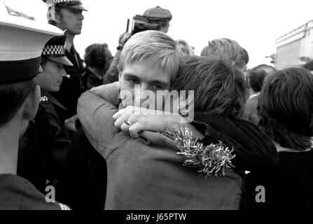 AJAXNETPHOTO. 19TH JUNE, 1982 - PORTSMOUTH, ENGLAND. - HOME AT LAST - SAILOR FROM THE SHEFFIELD CLASS (TYPE 42/1&2) - Stock Photo