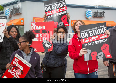 Roseville, Michigan, USA. 19th May, 2017. Forty thousand workers at AT&T Mobility, which provides wireless service - Stock Photo