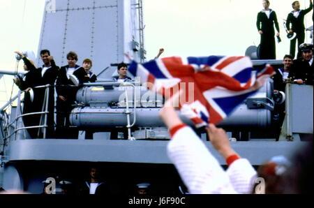 AJAXNETPHOTO. 19TH JUNE. 1982. PORTSMOUTH, ENGLAND. - SURVIVOR RETURNS - THE BOMB DAMAGED TYPE 42 (1&2) SHEFFIELD - Stock Photo