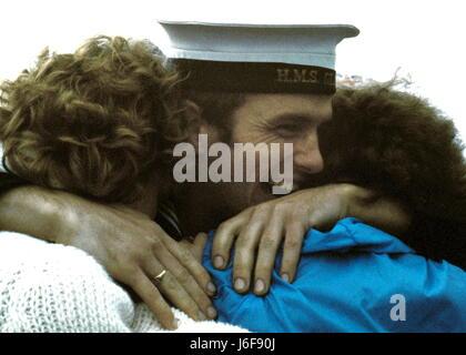 AJAXNETPHOTO. 19TH JUNE. 1982. PORTSMOUTH, ENGLAND. - SURVIVOR RETURNS - SAILOR FROM THE BOMB DAMAGED TYPE 42 (1&2) - Stock Photo