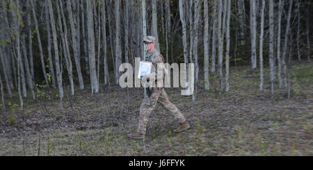 Sgt. Brett Nicholls, a team leader with 5-1 Cavalry Squadron (RSTA), 1/25 SBCT 'Arctic Wolves', moves toward a new - Stock Photo