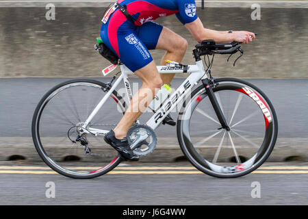 a carbon fibre lightweight bike bicycle cycling cyclist race racing cannondale specialized boardman trek solan pinarello - Stock Photo