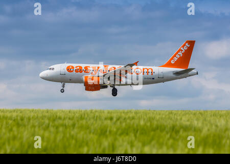 easyJet Airbus A319 registration G-EZAO landing on May 21st 2017 at London Luton Airport, Bedfordshire, UK - Stock Photo