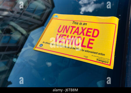 An Untaxed vehicle sign on a car windscreen - Stock Photo