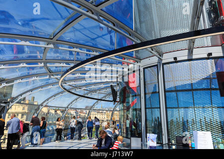 People enjoy the ride on the Brighton i360 observation tower, Brighton, UK - Stock Photo