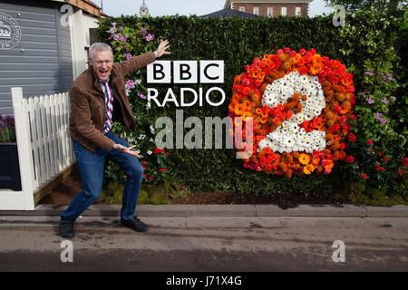 Chelsea Flower Show, London, England, 22nd May 2017. Jeremy Vine, proudly promotes the BBC Radio 2 gardens in his - Stock Photo