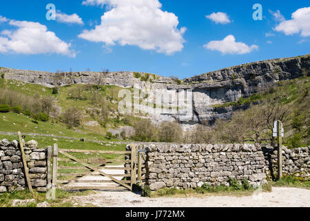 Gate and footpath access to Malham Cove following the Pennine Way. Malham Malhamdale Yorkshire Dales National Park - Stock Photo