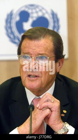 FILE - File picture dated 10 February 2003 showing former 'James Bond' performer Roger Moore speaking under the - Stock Photo