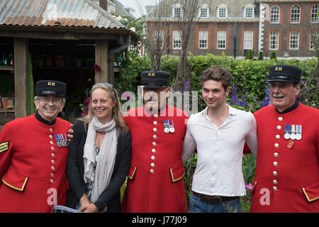 Chelsea, London, UK. 23rd May 2017. Chelsea pensioners pose in Anneka Rice colour cutting garden. The Anneka Rice - Stock Photo