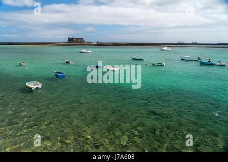Fischerhafen und die Festung Castillo de San Gabriel in der Hauptstadt Arrecife, Insel Lanzarote, Kanarische Inseln, - Stock Photo