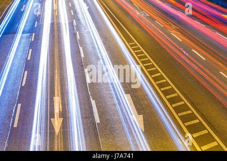 Deutschland, Baden-Württemberg, Stuttgart, B14, Bundesstraße, Lichtspuren bei Nacht, Pfeile, Verkehr, Straßenverkehr, - Stock Photo