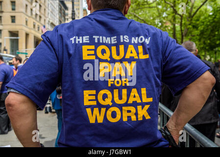 New York, United States. 24th May, 2017. Ahead of an expected New York City Council vote, fast-food workers, cashiers, - Stock Photo