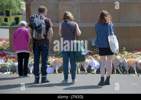 Glasgow, Scotland, UK 25th May, Glasgow's George Square is still busy with people paying tribute to the victims - Stock Photo