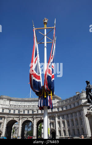 London, UK. 25th May, 2017. Blue skies over Admiralty Arch in London as higher than normal temperatures are set - Stock Photo