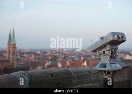 Fernglas auf der Nürnberger Burg am frühen Morgen mit Blick auf die Altstadt von Nürnberg - Stock Photo