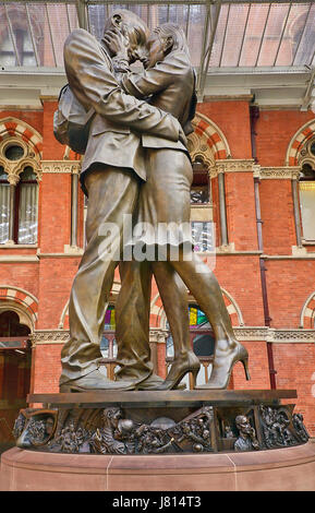 England, London, St Pancras railway station on Euston Road, The Meeting Place statue by Paul Day. - Stock Photo