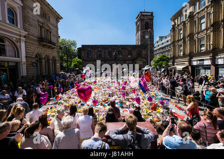 Manchester, UK. 26th May, 2017. St Ann's Square in Manchester city centre is filled with a sea of flowers, balloons - Stock Photo