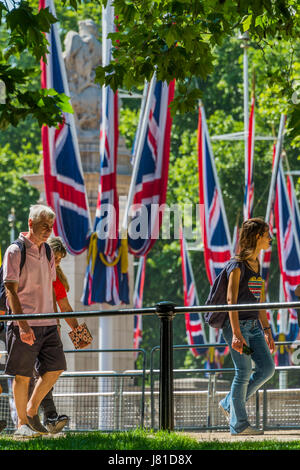 London, UK. 26th May, 2017. UK Weather. Enjoying the sun in The Mall. London 26 May 2017 Credit: Guy Bell/Alamy - Stock Photo