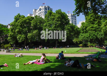 London, UK. 26th May, 2017. Office workers and tourists enjoy the hot weather and bright sunshine in Victoria Embankment - Stock Photo
