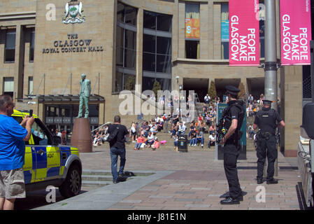 Glasgow, Scotland, UK. 26th May, 2017.  The weather brought Glaswegians out into the green spaces of George Square, - Stock Photo