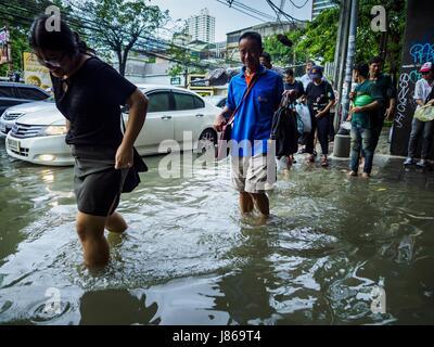 Bangkok, Bangkok, Thailand. 27th May, 2017. Pedestrians on a sidewalk flooded by monsoonal rains along Ekkamai Road - Stock Photo
