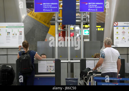 Madrid, Spain. 27th May, 2017. Travelers are seen at British Airways' Check-in at terminal 4 of Adolfo Suarez Madrid - Stock Photo