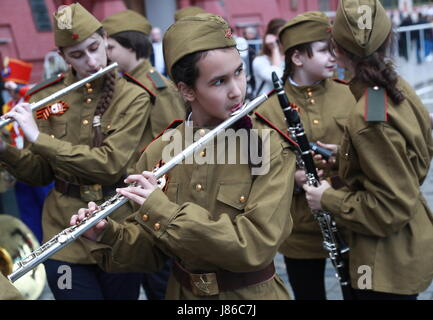 Moscow, Russia. 27th May, 2017. Participants in the parade of children's wind orchestras held in Red Square as part - Stock Photo