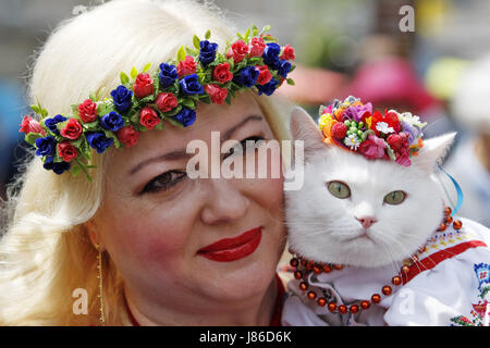 Kiev, Ukraine. 27th May, 2017. A woman with her a cat dressed in National Ukrainian embroided shirts ''Vyshyvanka'' - Stock Photo