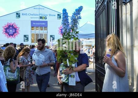 London, UK. 27th May, 2017. Final hour of the RHS Chelsea Flower Show where plants are given away for free or at - Stock Photo