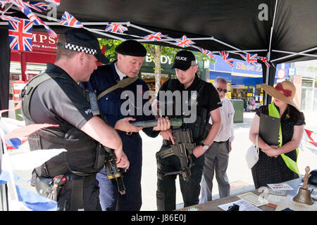 Lowestoft, UK. 24th May, 2017. Armed police officers, on patrol in Lowestoft town centre, take an interest in some - Stock Photo