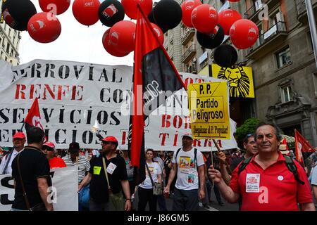Madrid, Spain. 27th May, 2017. Thousands of people gather in Madrid to protest against job insecurity, unemployment - Stock Photo