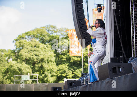 Southampton, Hampshire, UK. 27thth May, 2017. Elvana performs on the main stage. Common People Music Festival returns in 2017 to Southampton Common where the Bestival team, along with curator, Rob Da Bank, have put together a fantastic lineup of acts. Event security remains tight after the recent terror attack in Manchester resulting in the UK terror threat level being escalated from 'Severe' to 'Critical'. Despite these anxieties, festival goers haven't been put off and are determined to enjoy the festivities, live music and sunshine. Credit: Will Bailey/Alamy Live News Stock Photo