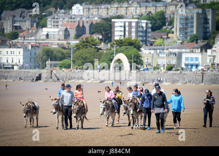 People enjoy the warm weather at Weston-super-Mare beach, as Britons hoping for a scorching bank holiday may be - Stock Photo