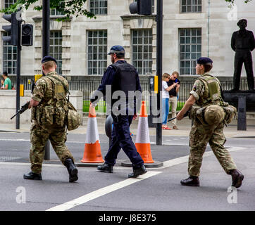 Westminster, Central London, UK. 28th May, 2017. The Military continue to support Metropolitan Police officers on - Stock Photo