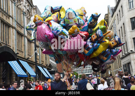 Manchester, UK. 28th May, 2017. A man sells balloons at the Greater Manchester Run on Sunday 28th May 2017. Credit: - Stock Photo